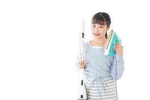 家事をする若い主婦の写真素材 [FYI04717238]