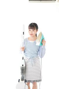 家事をする若い主婦の写真素材 [FYI04717239]