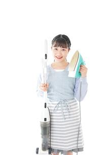 家事をする若い主婦の写真素材 [FYI04717240]