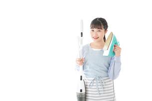 家事をする若い主婦の写真素材 [FYI04717241]
