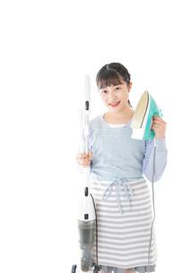 家事をする若い主婦の写真素材 [FYI04717242]