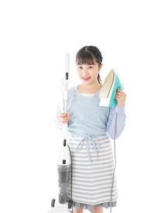 家事をする若い主婦の写真素材 [FYI04717243]