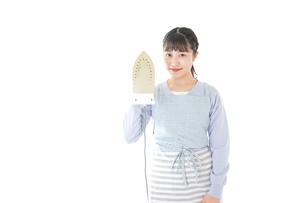 アイロン掛けをする若い主婦の写真素材 [FYI04717251]