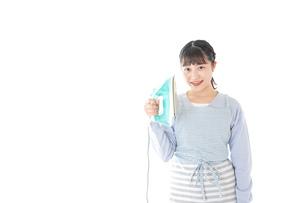 アイロン掛けをする若い主婦の写真素材 [FYI04717253]