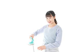 アイロン掛けをする若い主婦の写真素材 [FYI04717266]