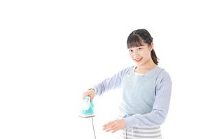 アイロン掛けをする若い主婦の写真素材 [FYI04717268]