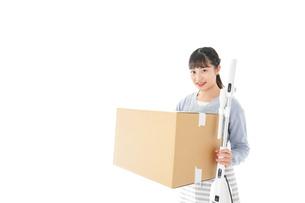 引っ越しをする若い女性の写真素材 [FYI04717270]