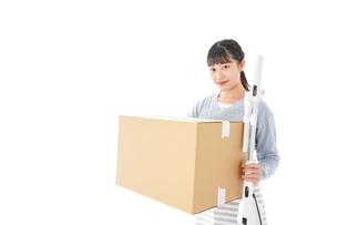 引っ越しをする若い女性の写真素材 [FYI04717271]
