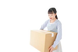 宅配便を受け取る若い主婦の写真素材 [FYI04717272]