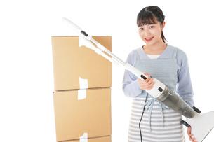 引っ越しをする若い女性の写真素材 [FYI04717273]