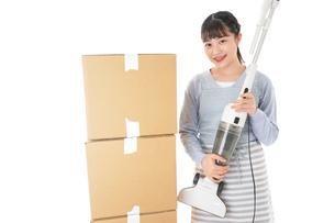 引っ越しをする若い女性の写真素材 [FYI04717274]