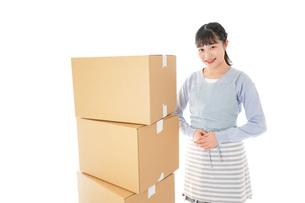 引っ越しをする若い女性の写真素材 [FYI04717275]