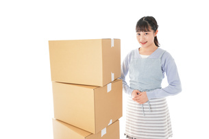 引っ越しをする若い女性の写真素材 [FYI04717276]