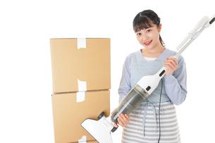 引っ越しをする若い女性の写真素材 [FYI04717277]