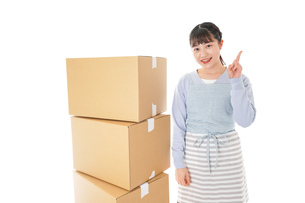 引っ越しをする若い女性の写真素材 [FYI04717281]