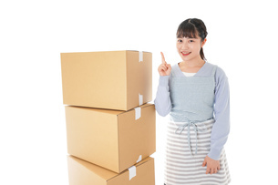 引っ越しをする若い女性の写真素材 [FYI04717282]