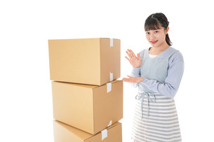引っ越しをする若い女性の写真素材 [FYI04717288]
