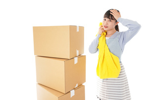 引っ越しをする若い女性の写真素材 [FYI04717310]