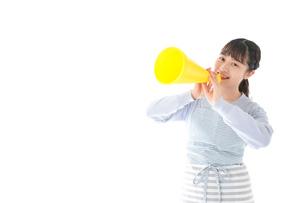 メガフォンで応援をする若い主婦の写真素材 [FYI04717342]