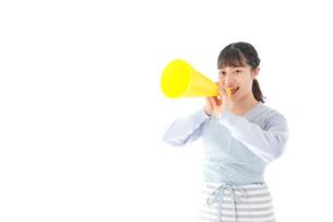 メガフォンで応援をする若い主婦の写真素材 [FYI04717347]