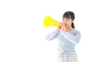 メガフォンで応援をする若い主婦の写真素材 [FYI04717349]
