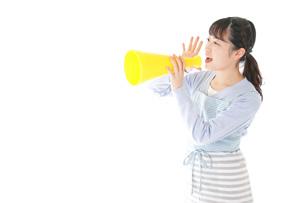 メガフォンで応援をする若い主婦の写真素材 [FYI04717353]