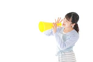 メガフォンで応援をする若い主婦の写真素材 [FYI04717355]