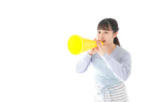 メガフォンで応援をする若い主婦の写真素材 [FYI04717356]