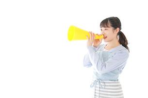 メガフォンで応援をする若い主婦の写真素材 [FYI04717360]