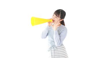 メガフォンで応援をする若い主婦の写真素材 [FYI04717364]