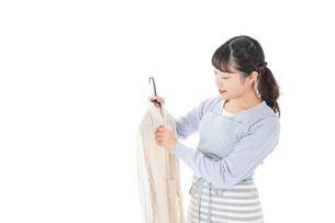 服を洗濯する若い主婦の写真素材 [FYI04717366]