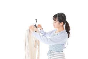 服を洗濯する若い主婦の写真素材 [FYI04717369]