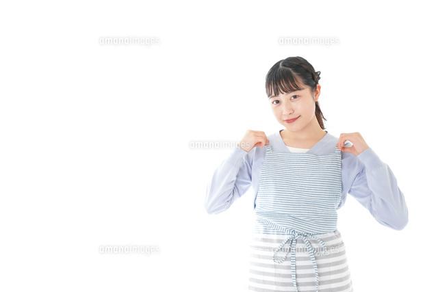 ほほえむ若い主婦の写真素材 [FYI04717410]