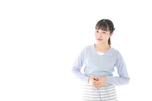ほほえむ若い主婦の写真素材 [FYI04717412]