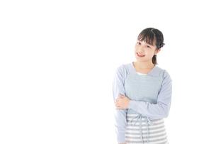 ほほえむ若い主婦の写真素材 [FYI04717421]