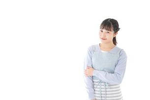 ほほえむ若い主婦の写真素材 [FYI04717422]