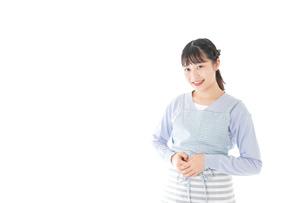 ほほえむ若い主婦の写真素材 [FYI04717423]