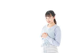 ほほえむ若い主婦の写真素材 [FYI04717425]