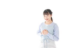 ほほえむ若い主婦の写真素材 [FYI04717430]