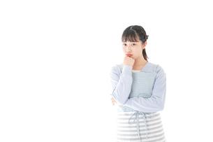 悩む若い主婦の写真素材 [FYI04717448]