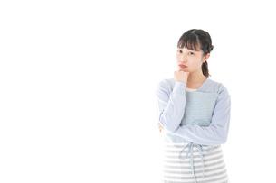 悩む若い主婦の写真素材 [FYI04717452]