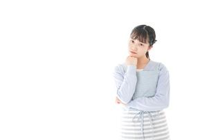 悩む若い主婦の写真素材 [FYI04717455]