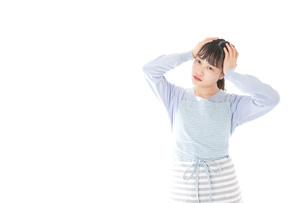 悩む若い主婦の写真素材 [FYI04717460]