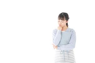 悩む若い主婦の写真素材 [FYI04717462]