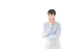 悩む若い主婦の写真素材 [FYI04717464]