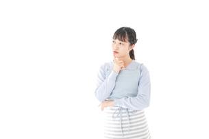 悩む若い主婦の写真素材 [FYI04717470]