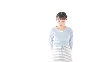 悩む若い主婦の写真素材 [FYI04717473]