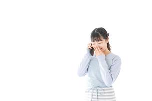 笑顔でスマートフォンを使う若い主婦の写真素材 [FYI04717489]