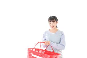 スーパーで買い物をする若い主婦の写真素材 [FYI04717490]