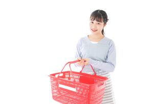 スーパーで買い物をする若い主婦の写真素材 [FYI04717491]